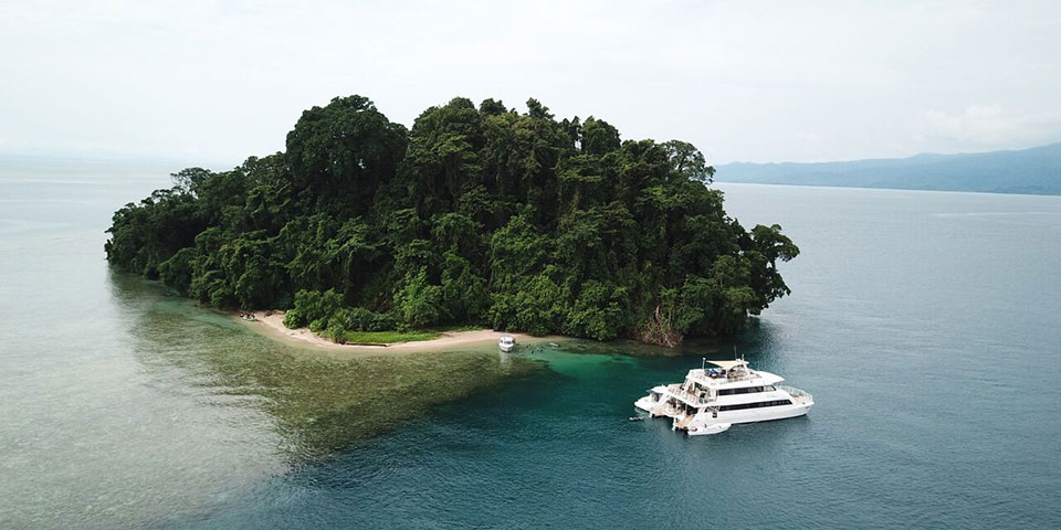 Oceania liveaboard in PNG