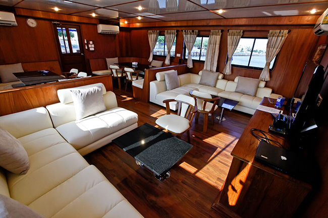 Salon - Raja Manta Explorer - Indonesia Liveaboard